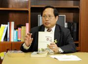 何俊仁喜歡蒐集好的散文,單是英文散文集,他最少有30本。