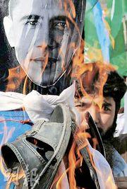 有巴基斯坦人認為奧巴馬獲和平獎是個笑話。圖為巴基斯坦伊斯蘭激進分子昨日焚燒奧巴馬肖像,抗議美國國會通過一項增加對巴基斯坦政府援助的法案。(法新社)