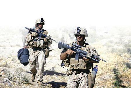 奧巴馬現正檢討阿富汗的駐軍問題。圖為美國海軍陸戰隊士兵周五在阿富汗南部執勤時的情况。(法新社)
