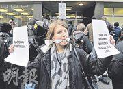 阿桑奇周二在倫敦地方法院出庭應訊,有聲援者在法院外舉起標語,要求公平審訊。(歐新社)