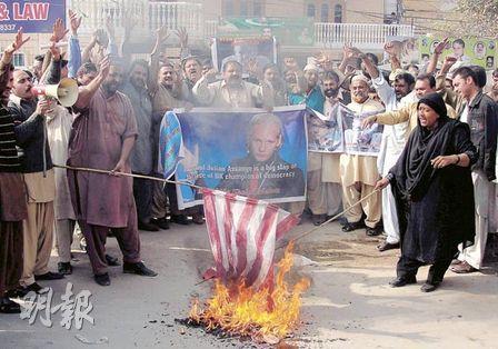巴基斯坦支持維基解密及其創辦人阿桑奇的示威者,昨在木爾坦集會焚燒美國國旗。(法新社)