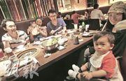 不少日本食肆生意已回穩,日本燒肉專門店牛角也重現昔日全店滿座,一家大小安心吃喝的場面。(林振東攝)