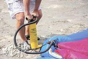 利用氣泵把風箏充氣