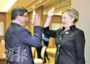 美國國務卿希拉里(右)周四在第三次利比亞問題聯絡小組會議的外圍會議,與土耳其外長達武特奧盧(Ahmet Davutoglu)開心擊掌。(法新社)