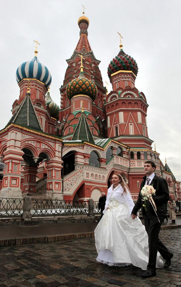 A bridal couple passes the St. Basil's Cathedral after their marriage in Moscow, Russia, 11 November 2011. EPA PHOTO