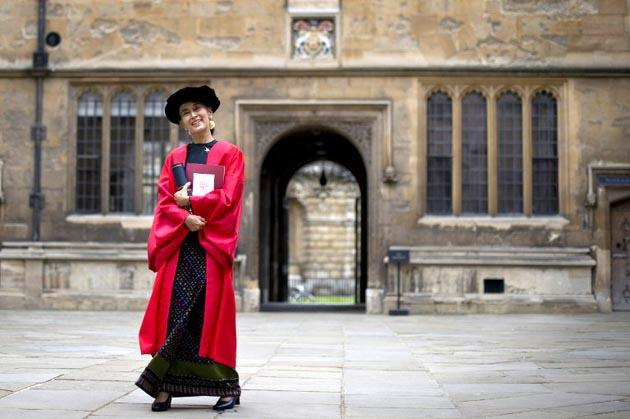 Myanmar democracy icon Aung San Suu Kyi posed for photographers at the Bodleian Libraries after receiving an honorary degree at Oxford University in Oxford, northwest of London, on June 20, 2012. AFP Photo