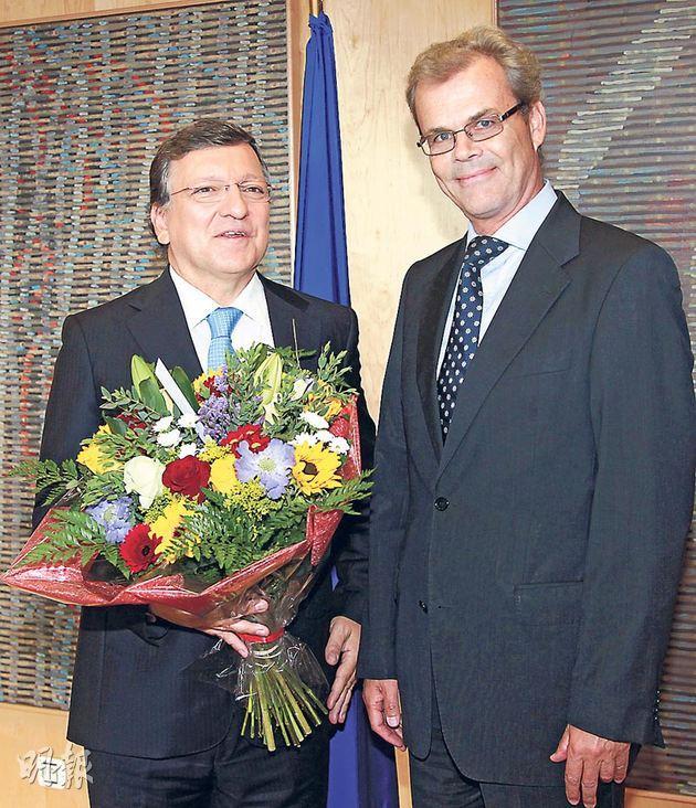 歐盟委員會主席巴羅佐(左)昨日在比利時布魯塞爾歐盟總部,接受挪威大使(右)恭賀歐盟獲得諾貝爾和平獎。(歐新社)