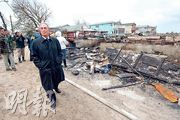 紐約市長彭博周二視察在風災期間大火的皇后區住宅災區。(法新社)