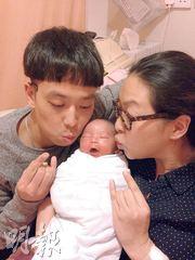 朱薰與譚健榮抱着剛出世的兒子,溫馨滿瀉。(微博圖片)