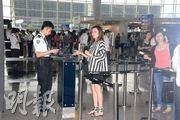 關之琳見到記者臉帶笑容,但拒透露飛往什麼地方。(攝影/採訪:林祖傑、陳釗)