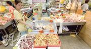 申訴署批評食環署對冰鮮肉店的規管及執法過分寬鬆,本報記者昨日到北角春秧街的冰鮮肉店,發現有店舖將冰鮮鳳爪及肉類放置於室溫下出售,沒依照牌照規定儲存在冷凍櫃內。(葉家豪攝)