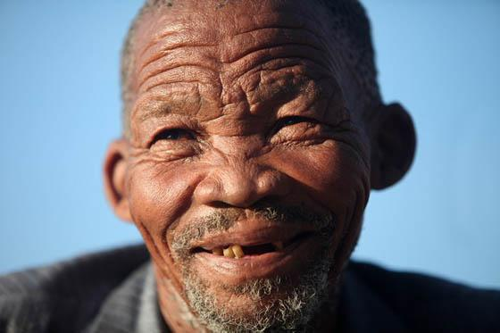 "This photo taken on July 4, 2010 shows traditional leader of the bushmen ""Khomani San"", Kruiper, smiling in a village in the Kalahari, Northern Cape, a rural area inhabited by bushmen. (AFP Photo)"
