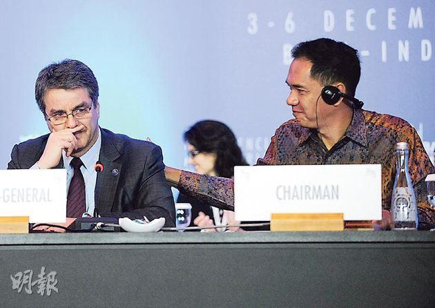 世界貿易組織成立18年來首次達成協議,巴西裔總幹事阿塞維多(左)一時感觸流淚,在旁的印尼貿易部長維亞萬(右)加以安慰。(法新社)