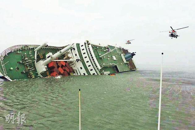 韓國渡輪歲月號4月16日在首爾開往濟州島途中沉沒,約300人死亡及失蹤。