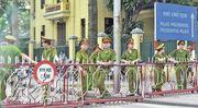 在河內中國大使館外,當地警察重兵駐守,由於政府強烈勸喻,昨午未見有示威者,警察十分清閒。(余俊亮攝)
