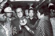 中共前總書記趙紫陽(左)在溫家寶(後黑衣者)的陪同下,到天安門廣場勸學生停止絕食。(資料圖片)