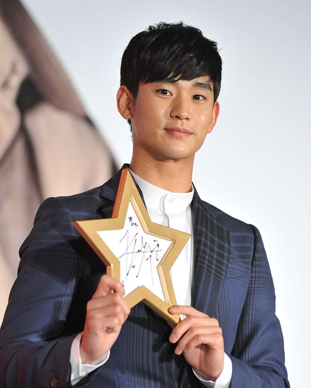 South Korean actor Kim Soo-Hyun(金秀賢) held his autograph. (AFP Photo)