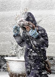 Walking when snowing (Xinhua Photo)