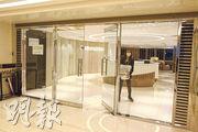 前日21歲女抽脂昏迷的整型外科診所位於世貿中心37樓,全層只見美容中心DR REBORN的招牌,但昨突然出現專業醫學整形中心(PASC)的招牌。(伍浦鋒攝)