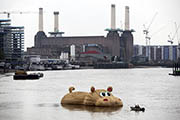 A giant wooden hippopotamus created by Florentijn Hofman floated in the Thames in London on September 3, 2014. (AFP Photo)
