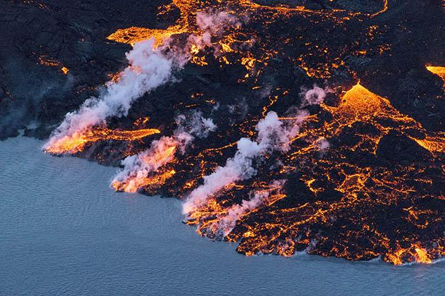 An aerial picture taken on September 14, 2014 shows lava flowing out of the Bardarbunga volcano in southeast Iceland. (AFP Photo)