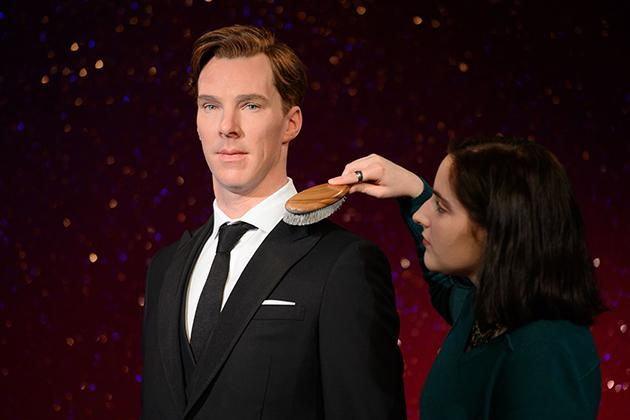 Stylist Luisa Compobassi posed with the new wax figure of British actor Benedict Cumberbatch in central London on October 21, 2014. (AFP Photo)