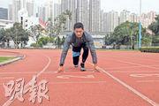 跑步是競技的一種,為成績無可厚非。年紀愈大,黃德斌的對手變成了自己。運動成為了跨越自己的機會,也訓練了支撐他工作的意志力。右圖為他參加撒哈拉沙漠「超馬」。