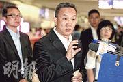 警方高度重視連串電話騙案,刑事及保安處長羅夢熊親到北京與公安部商討,昨晚返港後在機場公布與公安訂立協議,共同打擊電話騙案。(林俊源攝)