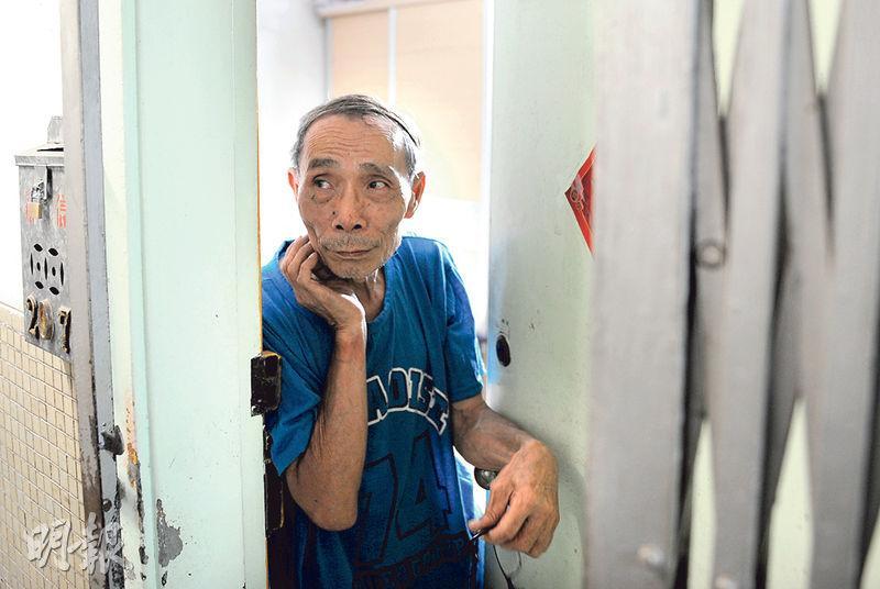 早前因執錢判緩刑的鍾先生稱因想免費換新手機,故「執夠就走」,並指自己過往亦曾嘗牢獄之苦及生意失敗等,「面皮厚過大象」,故對世事已沒太大感覺。(賴俊傑攝)