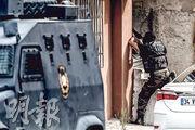 土耳其伊斯坦布爾美國領事館和有警署分別遇襲,圖為警察特種部隊在蘇坦貝利區與疑犯交火。(法新社)