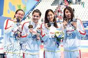 由傅園慧(左起)、史婧琳、陸瀅和沈鐸組成的女子4×100米混合泳接力隊昨晨為中國再添1金,亦是國家隊時隔6年後再在這項賽事勝出。(中新社)