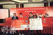 中國足協競賽部部長戚軍(左)與深圳體育總會副會長柯剛明(右二)昨日於發布會中一起手持「中港大戰」門票模型。(楊宇翹攝)
