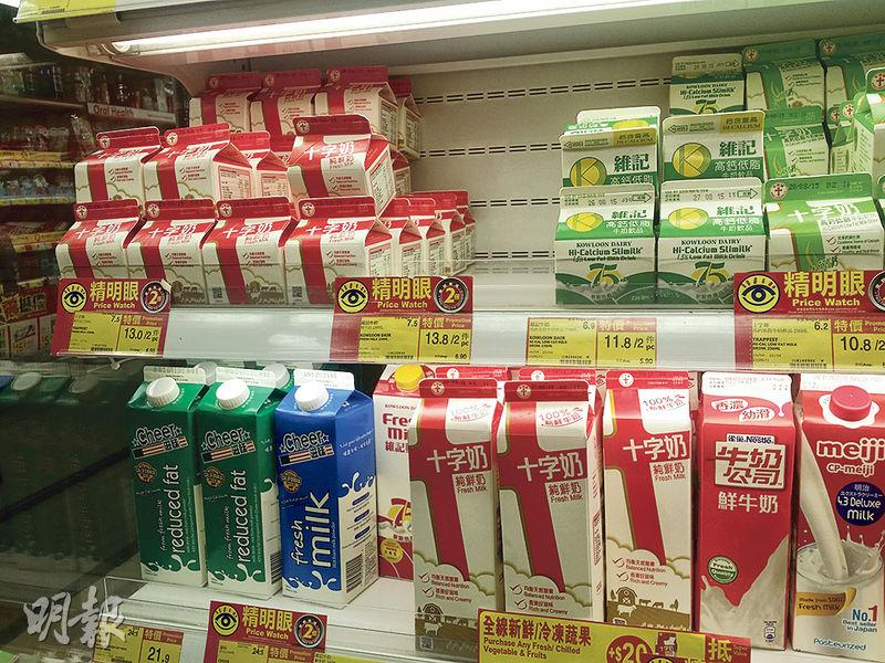 本報昨晚到北角堡壘街百佳觀察,該分店仍有十字牌鮮牛奶出售,但「此日期或之前食用」為2015年8月28日,非出事批次的食用期限。(樊銳昌攝)