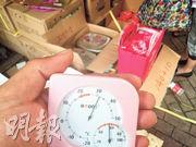 本報記者昨午在上水巷仔街觀察,發現最少4箱大班冰皮月餅被置於露天地方,並無冷藏,當時氣溫達32度,部分月餅在街上暴曬近3小時。(林智傑攝)
