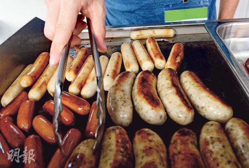 港人吃腸量多,一年進口逾2300萬公斤,除了日常吃熱狗和早餐常用香腸,不少節慶活動都有售燒香腸。不過,加工肉所用防腐劑被指增患癌風險,世衛將決定香腸會否成為致癌物。(劉焌陶攝)