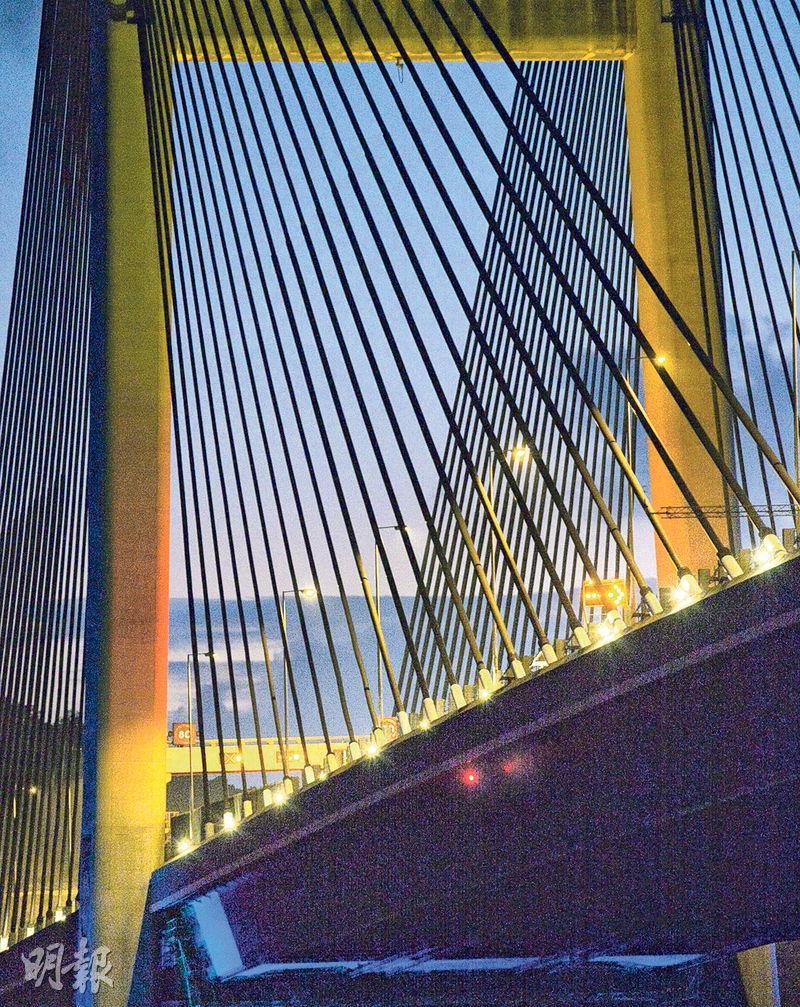 上周五遭躉船吊臂撞到的汲水門大橋,被撞位置至昨日仍未修復,但橋底已安裝了一盞紅色指示燈。(馮凱鍵攝)
