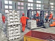 天津鋁壓延材廠將於年底投產,圖為工人正運送用作壓延的原材料鋁扁錠。(陳子凌攝)