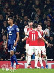 阿仙奴前鋒基奧特(左二)頂入今季英超第5球後,向助攻的奧斯爾(右二)致謝。(路透社)