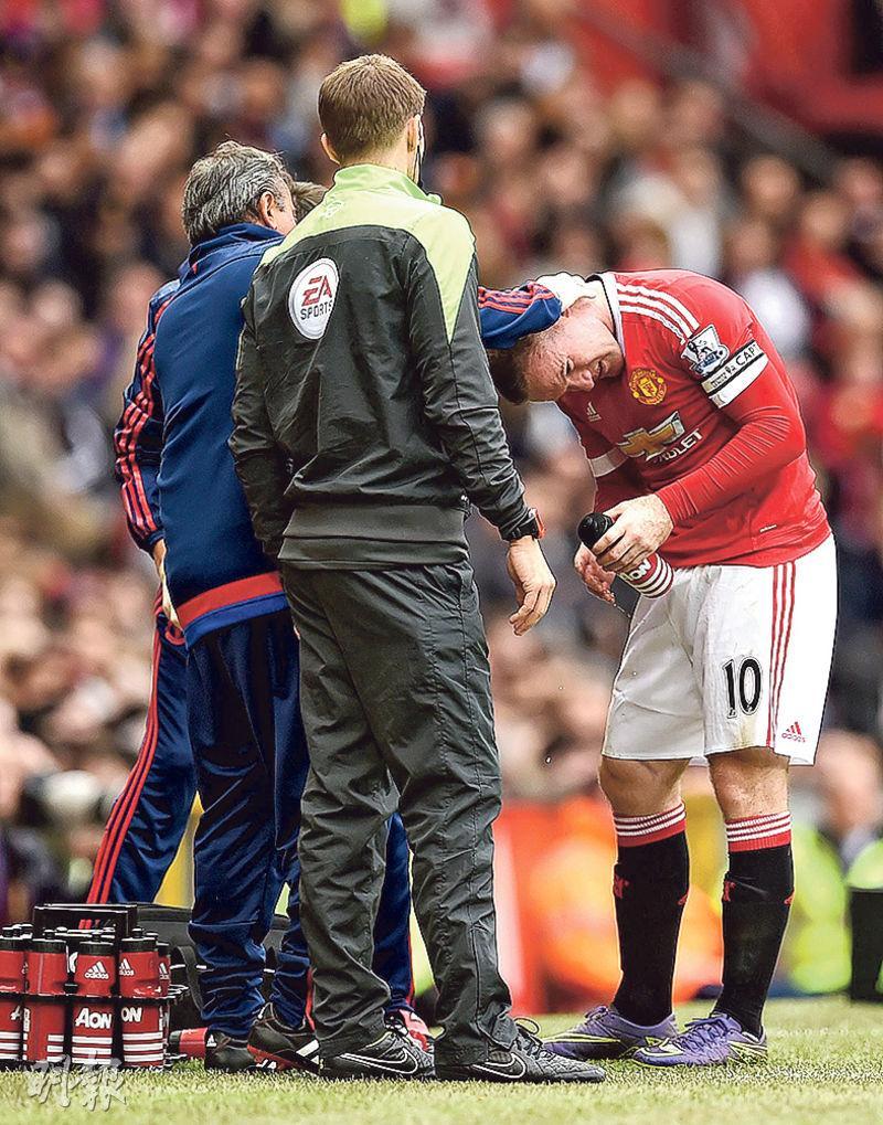 曼聯隊長朗尼(右)比賽期間曾頭部受傷,需在場邊由軍醫即場縫針。(法新社)
