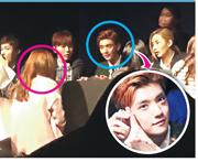 內地女粉絲(紅圈)在簽名會上向Seventeen成員Joshua(藍圈)怒掟專輯。