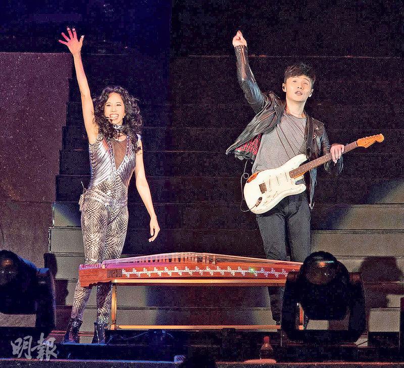莫文蔚在北京開騷,李榮浩任嘉賓,兩人開心jam歌。