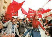 2003年伊拉克總統薩達姆被美軍活捉,民眾到巴格達市中心慶祝,但伊拉克自此陷入混戰,「伊斯蘭國」等恐怖分子肆虐。