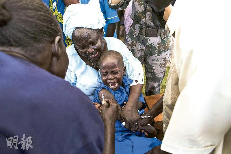 2015年10月,世衛人員為南蘇丹小童注射疫苗。