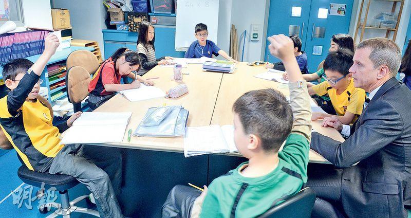 啟新書院校長Harry Brown(右一)說,不希望學生回家後提不起勁做功課,學術練習可安排在課堂上完成,學生一邊與教師和同學討論,一邊完成練習。(劉焌陶攝)