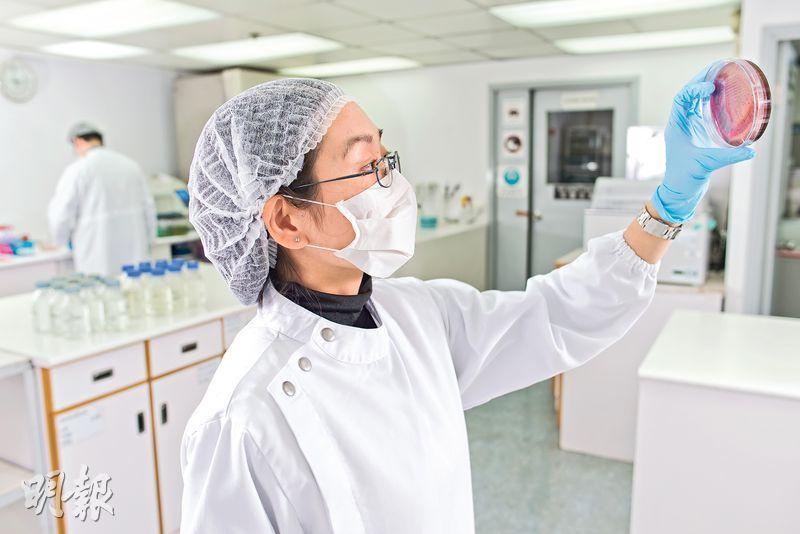 技術人員為產品做化學測試。(相片由受訪者提供)