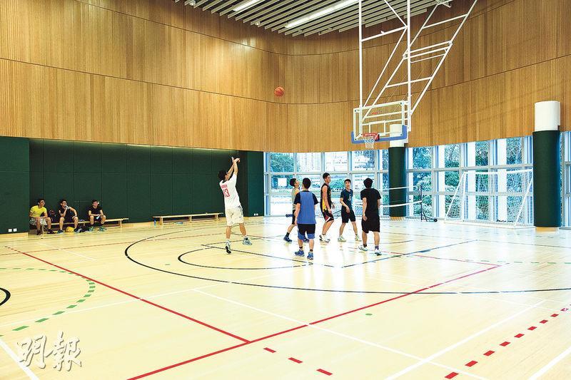 恒生管理學院的室內運動場以竹作地板,看起來與木地板並沒兩樣。竹的再生力強,是綠色建材,碳排放量遠低於傳統建材,也可減少伐木等森林消耗。(校方提供)