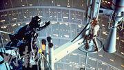 《星球大戰:帝國反擊戰》(即正傳第二部曲)中,黑武士(左)向Luke(右)剖白「I am your father」,是電影系列中非常經典的一幕。(資料圖片)