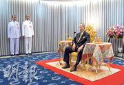 泰王普密蓬周一罕有露面,出席法官宣誓儀式。(路透社)