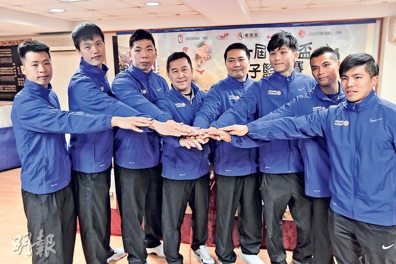 香港籃球隊職球員連浩駿(左起)、蔡龍德、司徒偉傑、總教練安慶健、教練趙永良、蘇尚瀛、高榮生以及隊醫凌梓俊,在賽前記招上手疊手,勢要在首屆粵港盃奪標而回。(卓志恒攝)