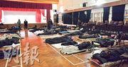 民政事務署昨晚回覆本報表示,17間臨時避寒中心前日起一連三日在早上8時30分後仍會開放。昨晚本報記者到深水埗南昌社區中心(圖)觀察,約有40至50人避寒,有市民表示不知署方的新安排。(馮凱鍵攝)